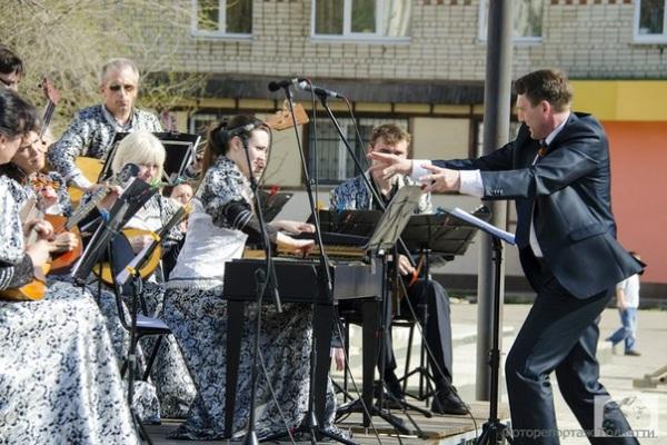 русский оркестр на улице